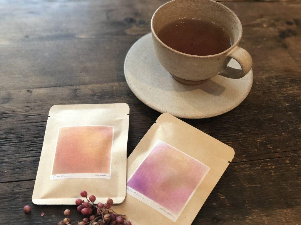 ティーカップとcolor's teaの写真
