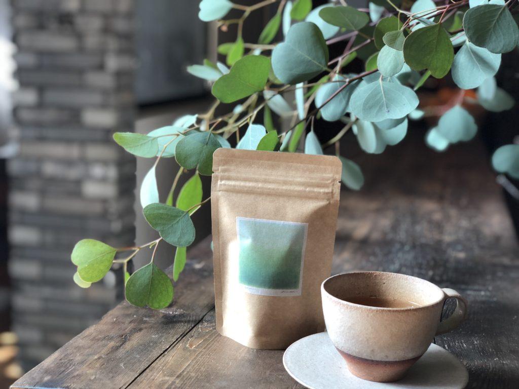 グリーンのお茶とユーカリの葉の写真