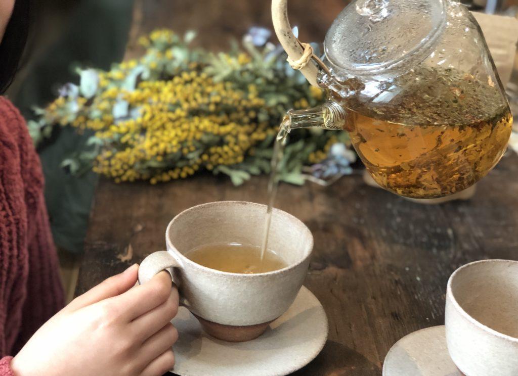 お茶を淹れている写真